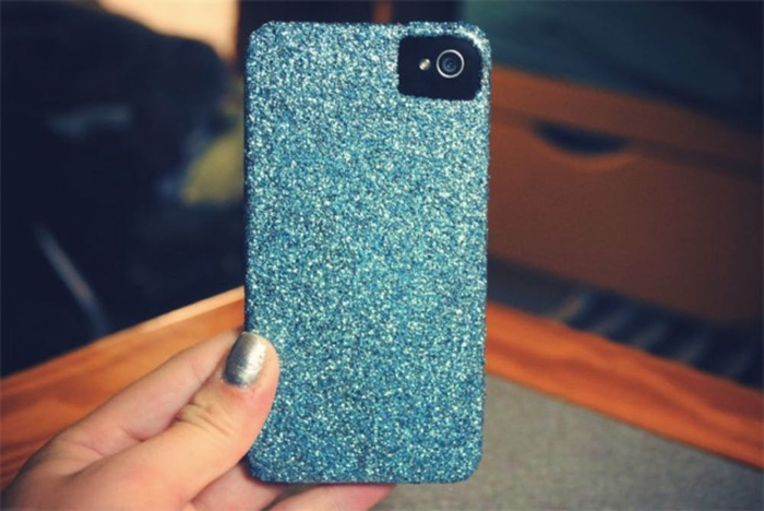 eine Handyhülle bedrucken, mit Nagellack eine glänzende blaue Handyhülle selber schaffen