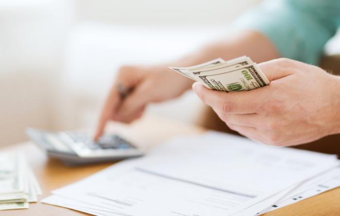 erste gemainsame wohnung einrichten, geld sparen tipps, tisch, banknotten