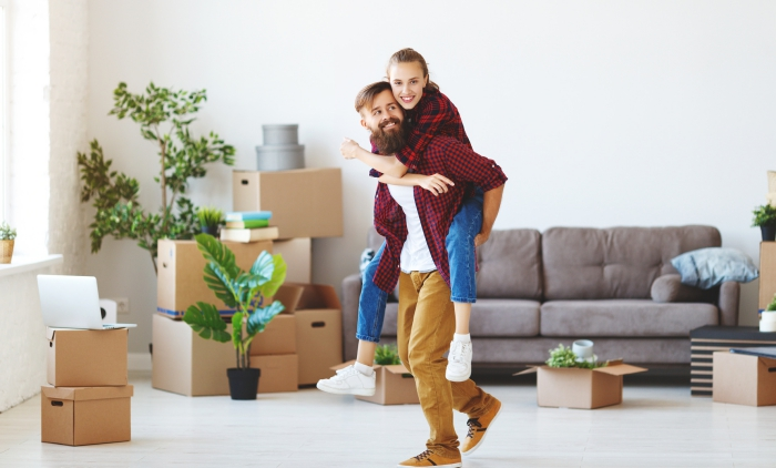 erste gemeinsame wohnung einrichten, mann und frau, grüne pflanzen, graues sofa