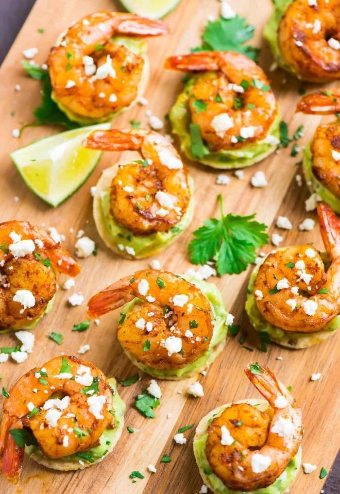 essen für gäste, stück limette, cracker mit garnelen und avocado, weißer käse