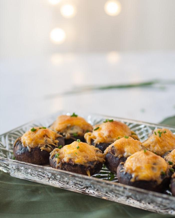 servierplatte aus glas, schnelle partygerichte, essen für gäste, pilzen mit käse