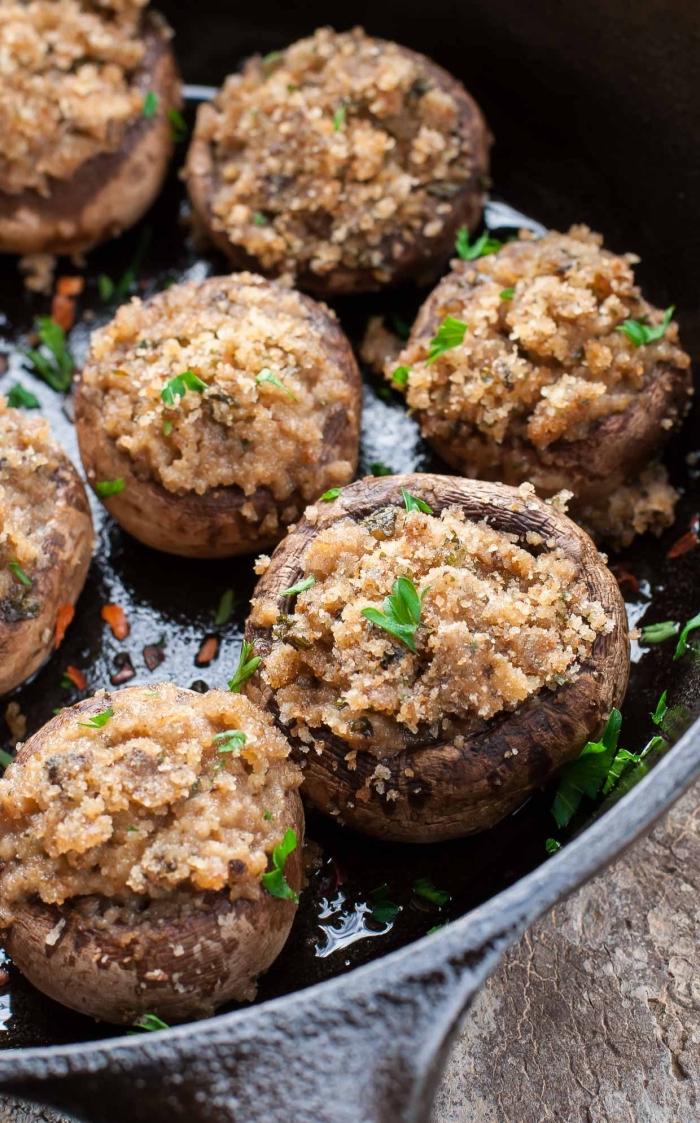 essen für geburtstag, gebratene pilzen, einfaches partygericht, schwarze pfanne, vorspeise