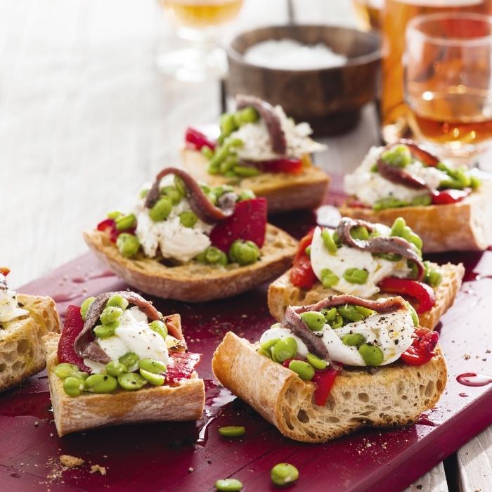 brutschettas rezept, essen für geburtstag, rote servierplatte aus holz, grüne bohnen