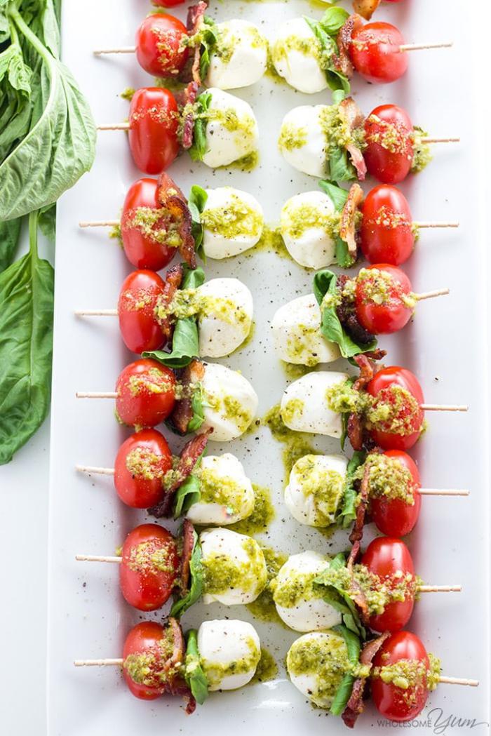 spießen mit cherry tomaten, mozzarella und salami, essen für party, weißer teller