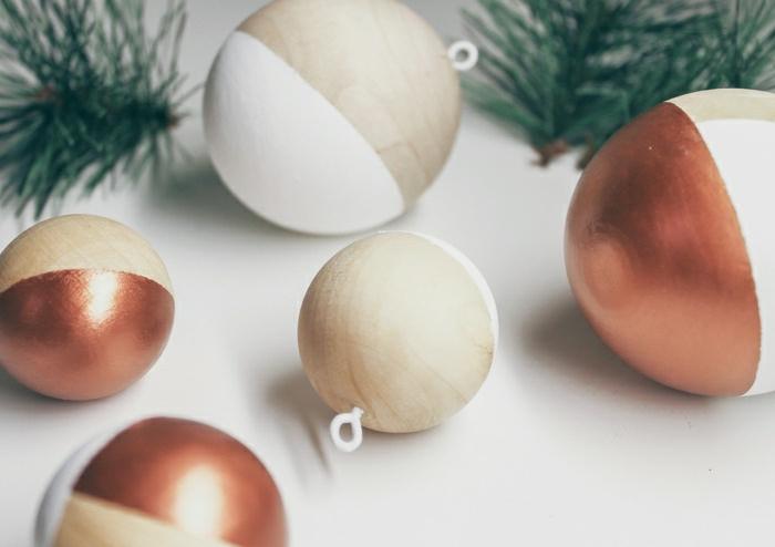 fünf Kugel in verschiedenen Größen, rote weiße und braune Kugeln, Weihnachtskugeln bemalen