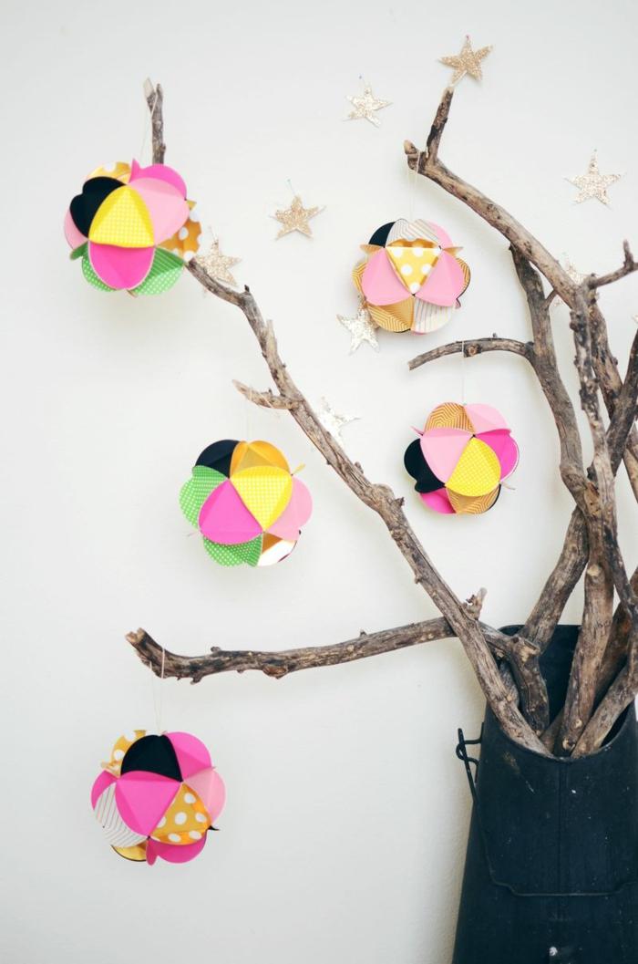 bunte Weihnachtskugeln gestalten, fünf Endprodukte der Anleitung, glänzende Sterne
