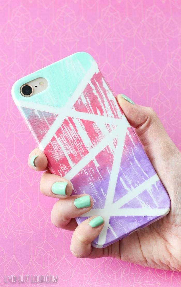 Abstrakter Farbverlauf in lila und pink, Hand mit grünem Nagellack, pinker Hintergrund, iphone 6s Handyhülle