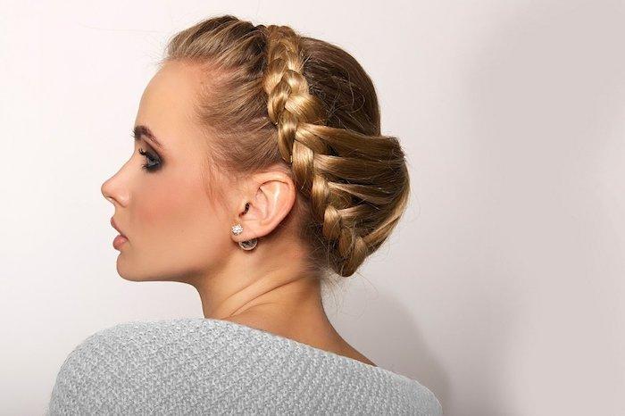Zopfkranz selber flechten, elegante Hochsteckfrisur für lange Haare, blonde Haare
