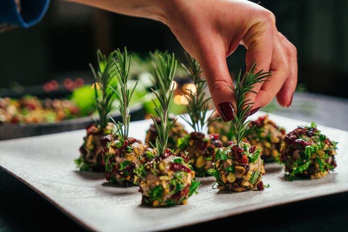 Mini Frischkäse Kugeln mit Pistazien, Beeren und Petersilie, mit Rosmarinzweigen garnieren