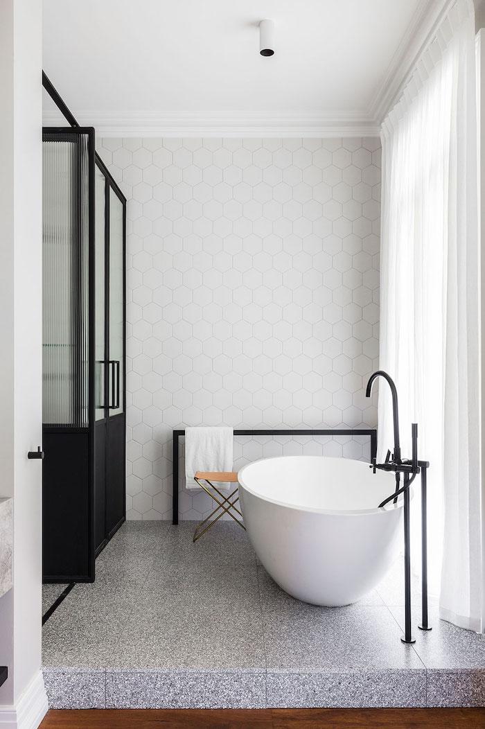 weiße wand aus weißen badezimmer fliesen und eine weiße freistehende badewanne und eine schwarze dusche, badezimmer modern gestalten ideen