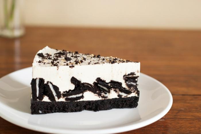 weiße Creme, große Stücke von Oreo Keksen, Schokoladenboden, Oreo Torte ohne Backen