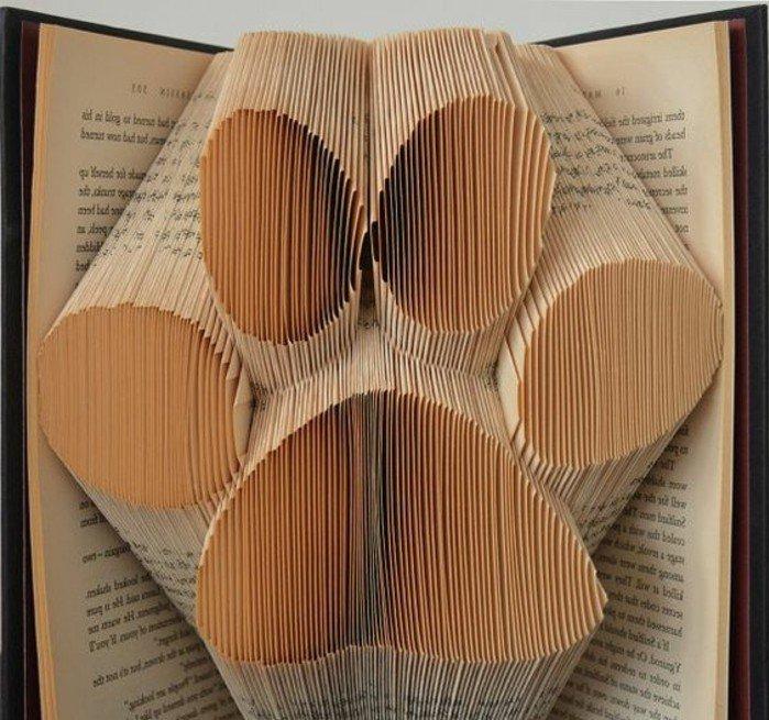 eine große Pfote, aus alten Büchern falten, Liebe und Zuneigung zu dem Haustier