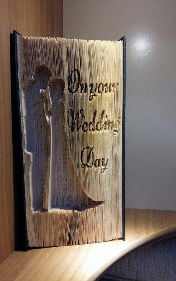 ein Geschenk zur Hochzeit, das Brautpaar im Buch geschnitzt und eine Aufschrift On your Wedding Day, Aus alten Büchern falten
