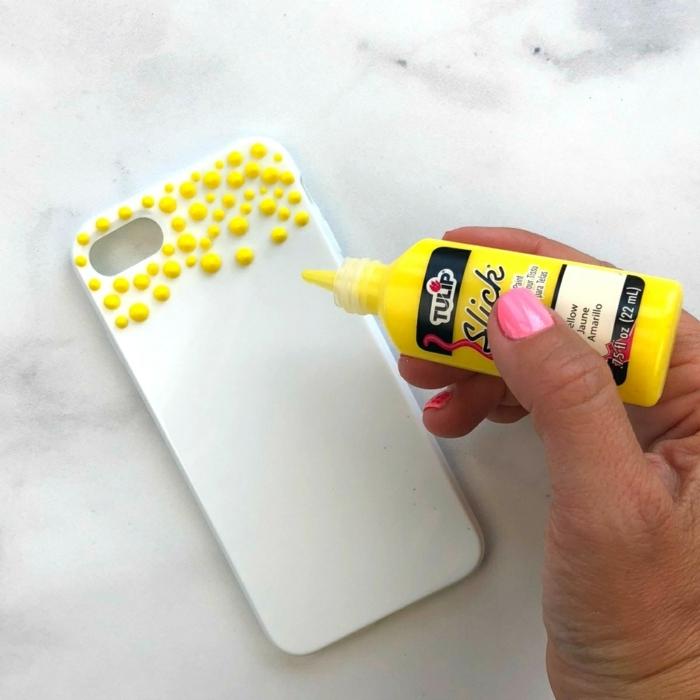 wie Regenbogen Handyhülle gestalten, Schritt Eins, gelbe Farbe hinzufügen, auf weißer Handyhülle