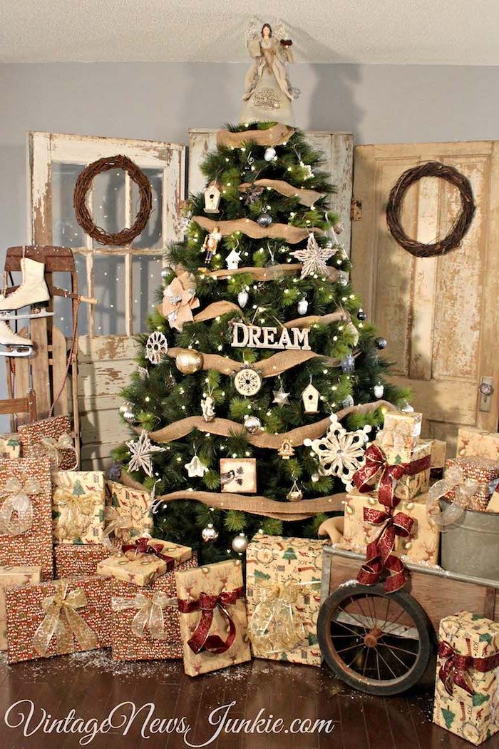 Großer Weihnachtsbaum geschmückt mit verschiedenen Anhängern und Dekoband , Christbaumspitze Engel