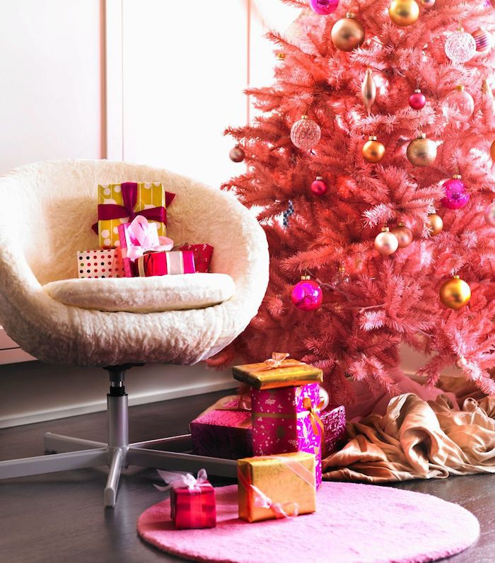 Rosa Weihnachtsbaum geschmückt mit bunten Christbaumkugeln, Geschenke verpackt mit Geschenkpapier und Dekoband