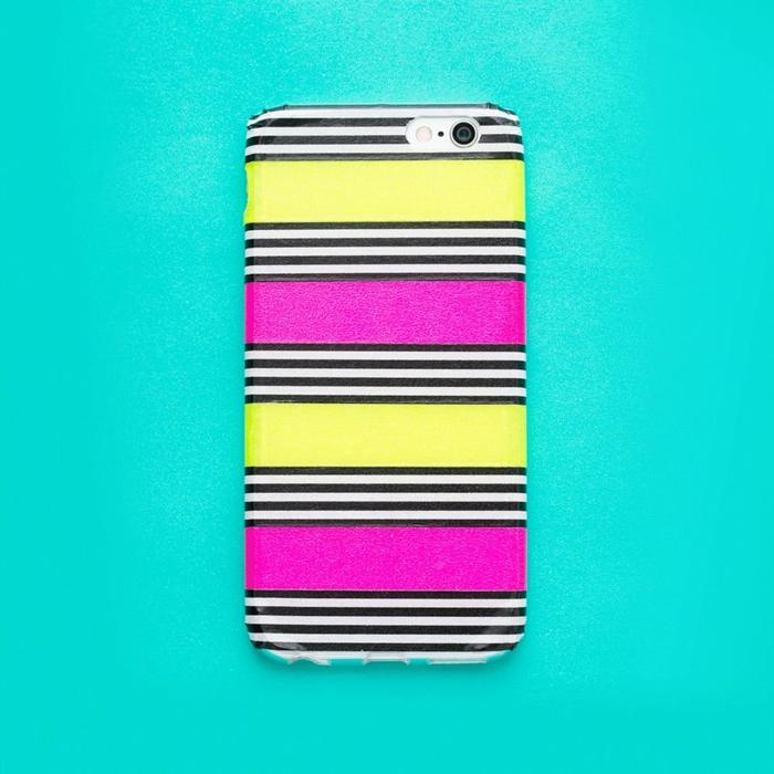Handyhülle bedrucken, gelbe, rosa, schwarz weiße Streifen, lila und gelbe Streifen sind größer