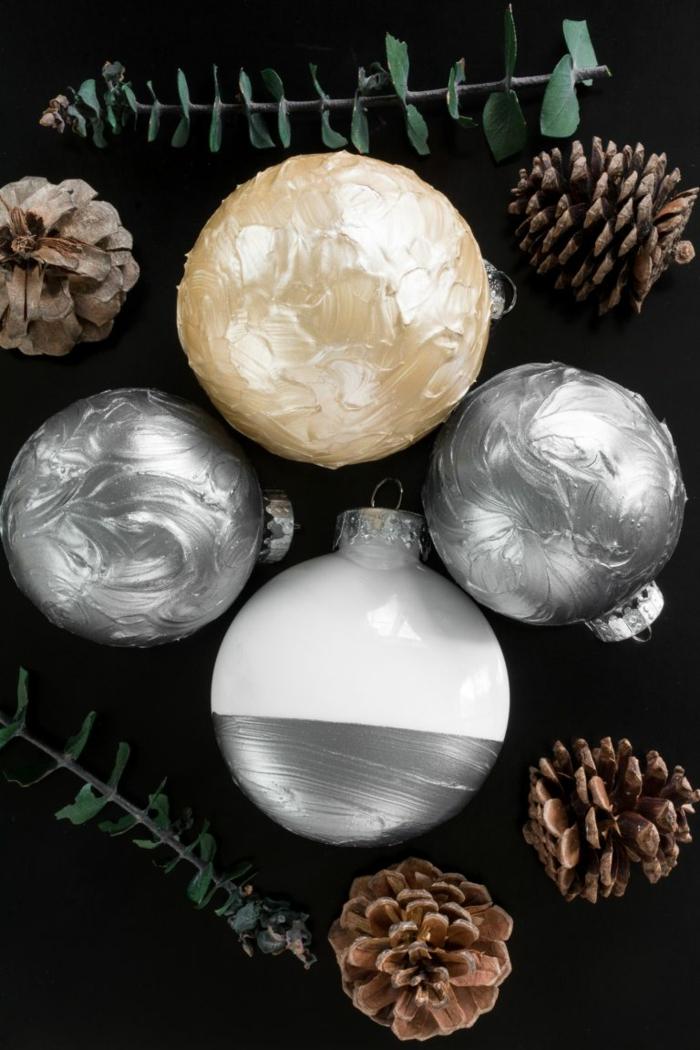 drei Arten von Weihnachtskugeln basteln, goldene Kugel, zwei silberne Kugeln und eine in zwei Farben