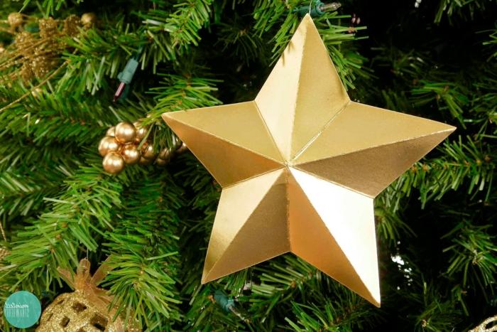 Weihnachtssterne basteln, goldene Christbaumdeko und ein schöner Weihnachtsstern