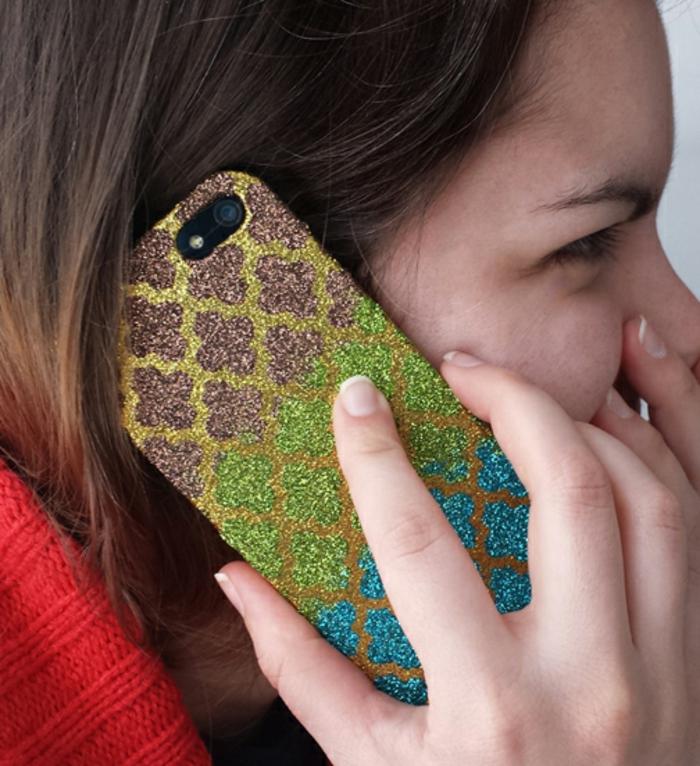 eine schöne Handyhülle, Handyhüllen bedrucken, goldfarbene Glitter als Hintergrund und lila, grüne und blaue Blumen