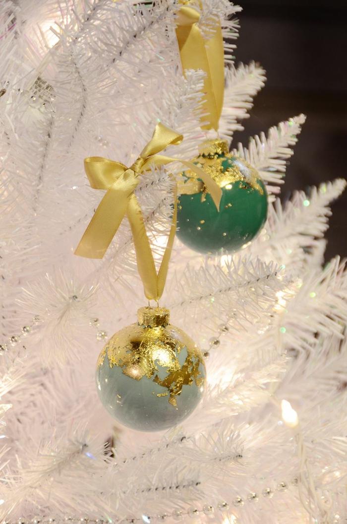 goldene Schleifen und goldene Dekoration, grüne und blaue Kugeln, Weihnachtskugeln bemalen