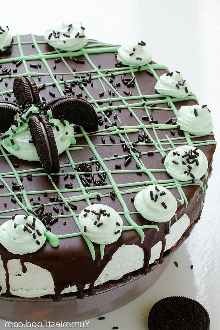ein kleiner Kuchen, Oreo Keks Kuchen Rezept, grüner Topping wie Netz als Dekoration, Schokoladenglasur