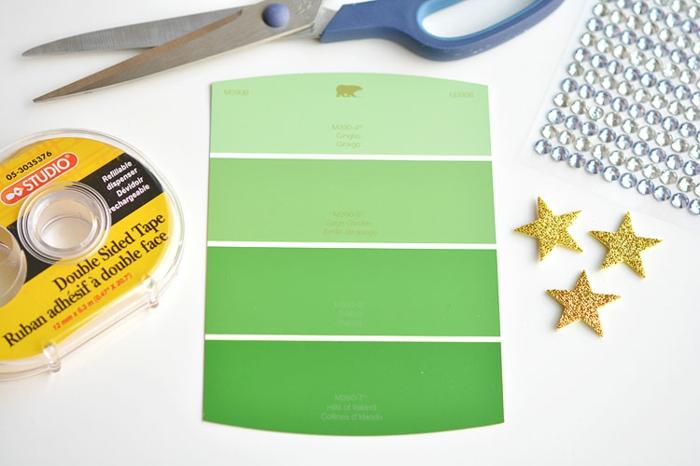 die grüne Farbeprobe, Glasperlen, Scheren, Doppelklebeband, alles Benötigte für Grußkaten Weihnachten