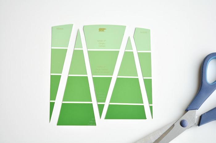 zwei grüne Tannenbäume aus grüner Farbeprobe ausschneiden, Weihnachtskarten selbst gestalten