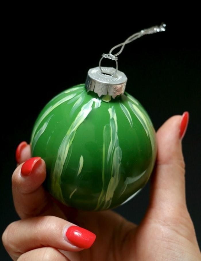 eine Wassermelone in grüner Farbe mit weißen Linien, Weihnachtskugeln selber machen