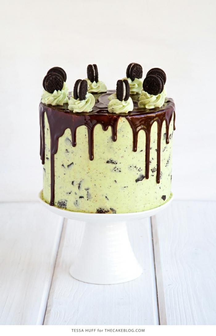 Schokoladenglasur, grüne Creme, Mini Oreos als Verzierung, Oreo Keks Kuchen Rezept mit Minze