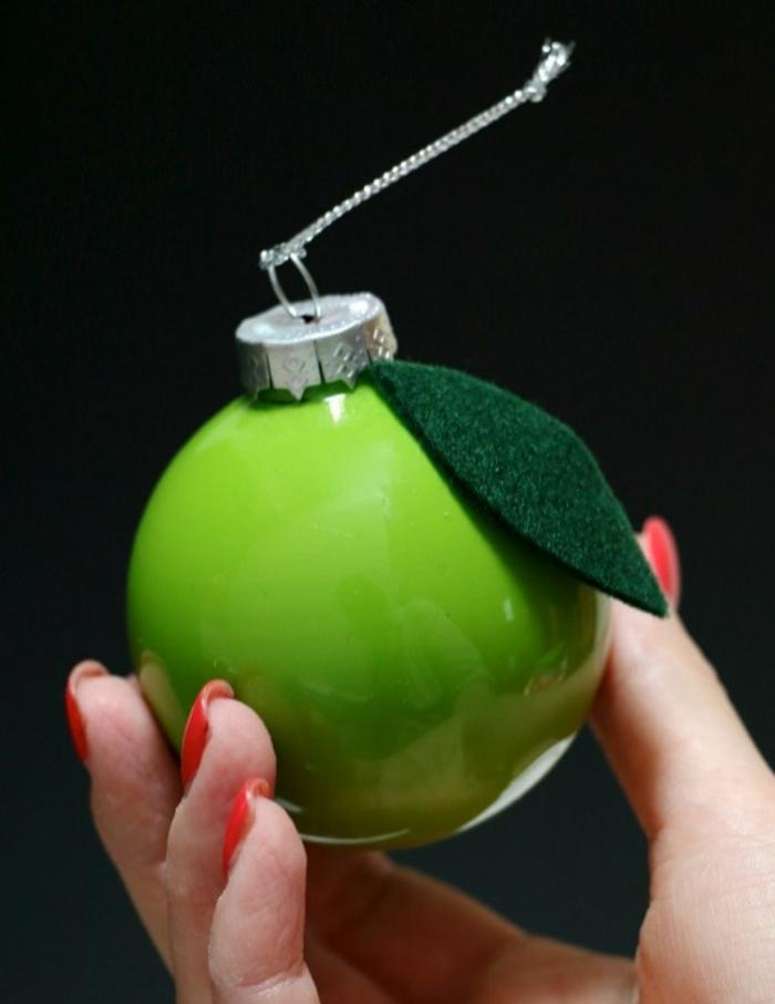 ein grüner Apfel mit Blatt aus Papier und silberfarbene Schleife, Weihnachtskugeln selber machen