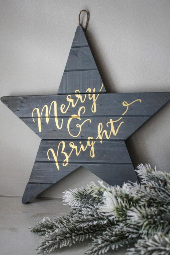 ein schwarzer Stern, goldene Buchstaben, die fröhliche Botschaft geben, Basteln zu Weihnachten