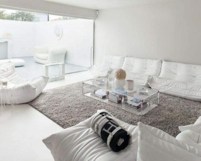 weiße Möbel, grauer Teppich, ein Tisch aus Glas, weiße Wände, Wohnzimmer gestalten Weiß Grau