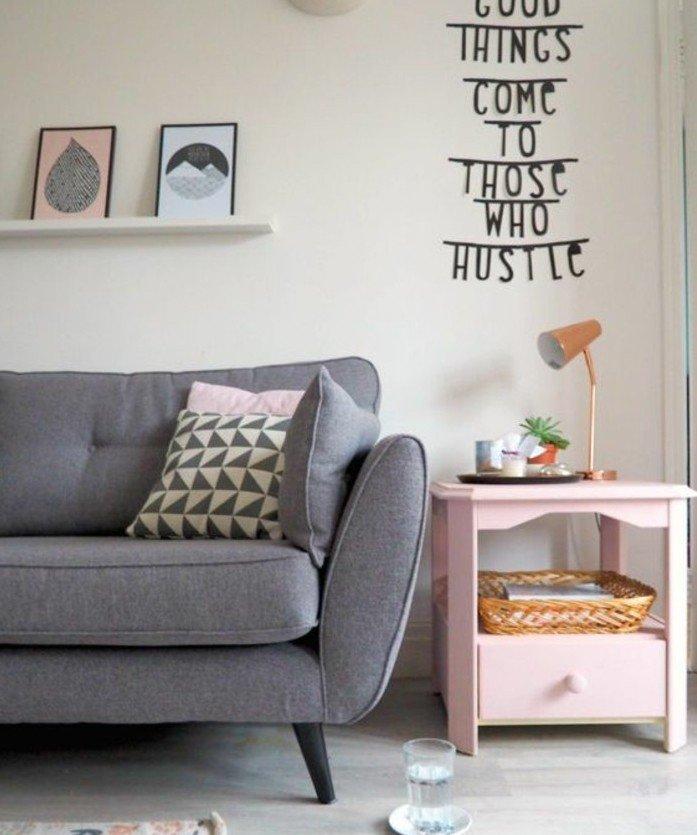 Wohnzimmer gestalten Grau Weiß, graue Couch, Leistne mit kleinen Bildern, rosa Nachttisch