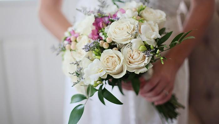 junge frau mit einem weißen brautstrauß mit weißen rosen und violetten blumen und grünen blättern, hochzeit bilder