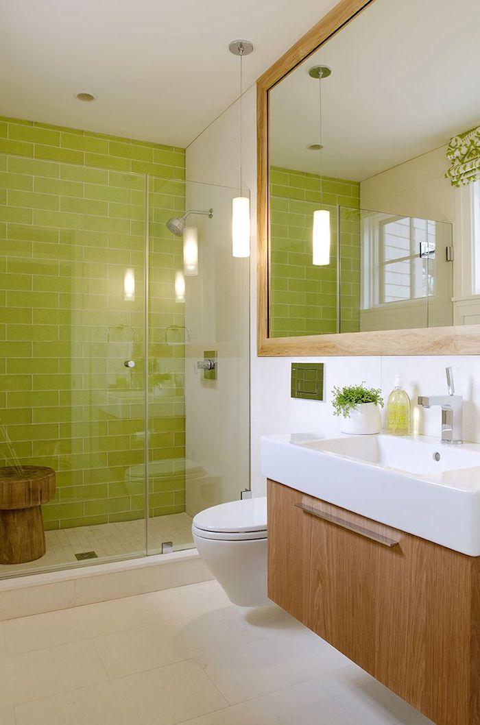 weißes badezimmer und ein großer spiegel, badezimmer regal, eine dusche und badezimmer mit grünen und weißen wänden mit grünen badezimmer fliesen