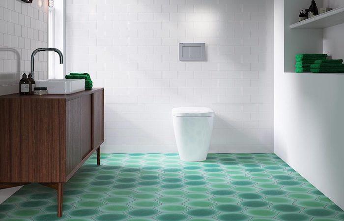 braunes waschbecken im modernen badezimmer mit einem grünen boden und weißen badezimmer fliesen