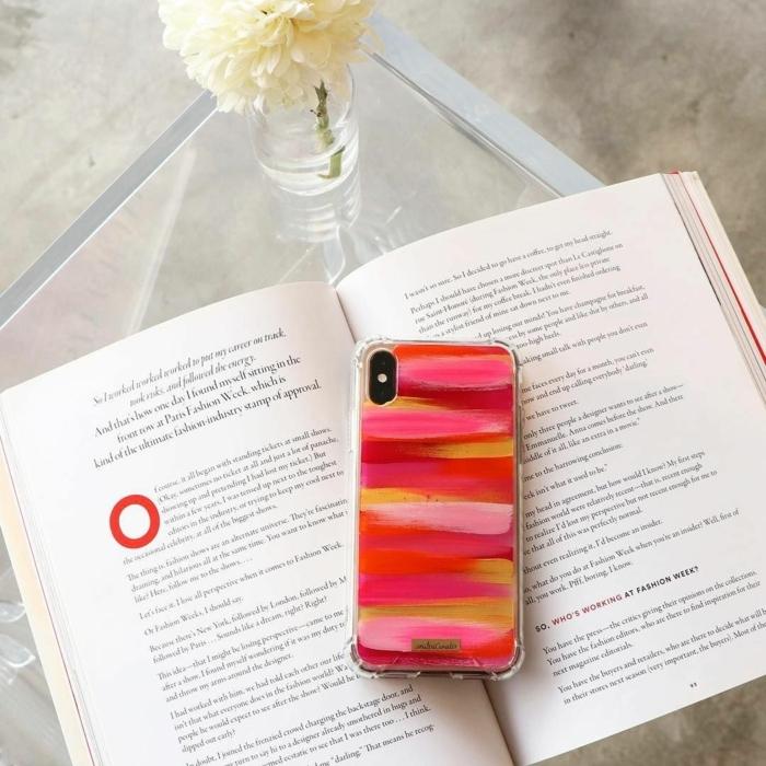 personalisierte Handyhülle, handgemalt mit Acrylfarbe in roten und pinken Töne, offenes buch, weiße Blume in Vase