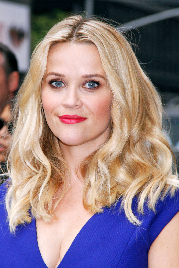 haarfarbe ändern, schulterllange lockige haare, frisuren für ovales gesicht, korallfarbener lippenstift
