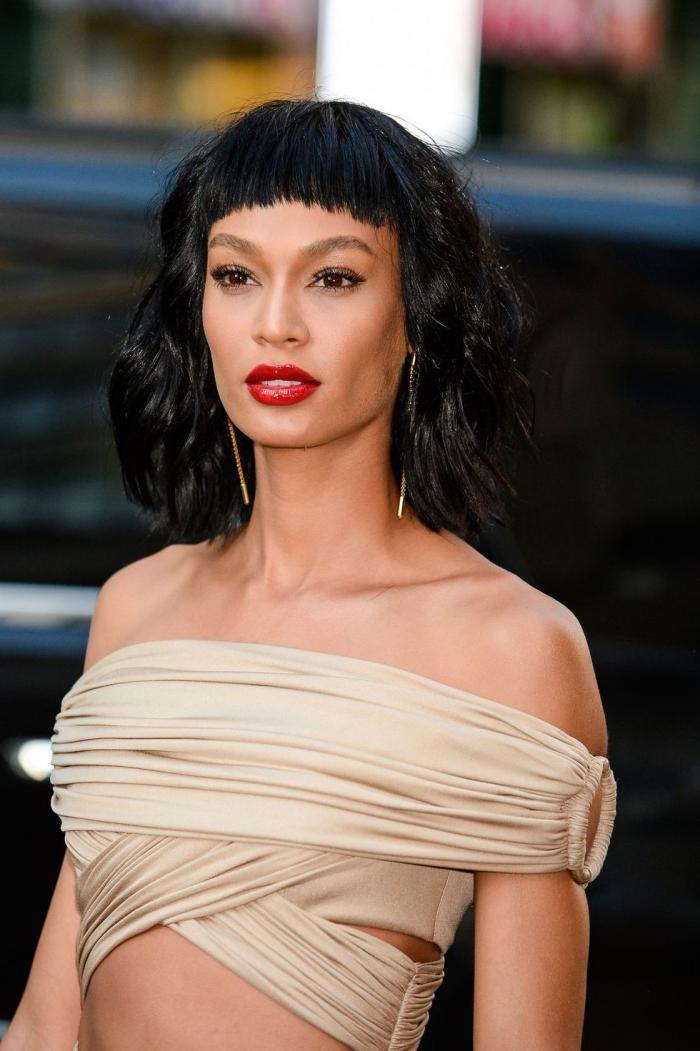 haarfarbe ändern, frisur mit pony, beiges abendkleid, haarschnitt für langes gesicht, roter lippenstift
