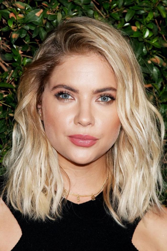 haarfarbe ändern, blaue augen schminken, schulterllange blonde haare mit dunklem ansatz