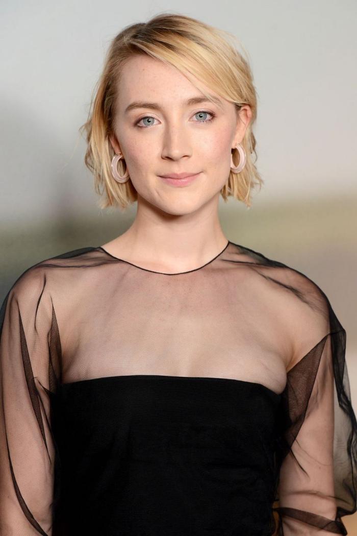 haarfarbe ändern, blonde kurze haare, blaue augen schminken, schwarzes kleid mit ärmeln aus chiffon