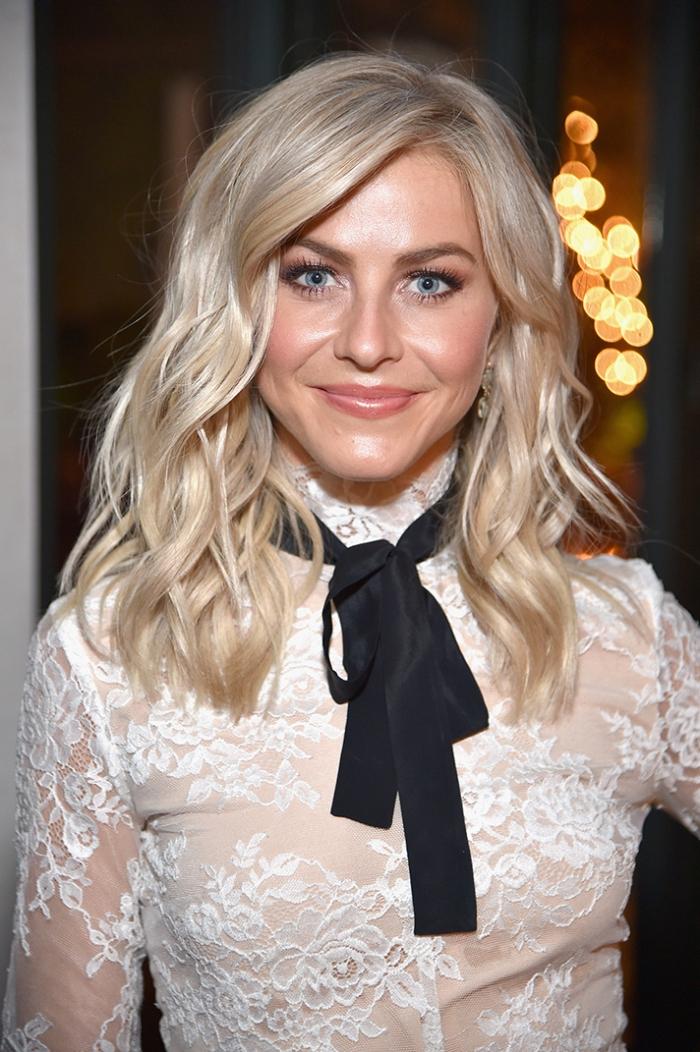 haarfarbe ändern, schulterllange blonde lockige haare, blaue augen schminktipps