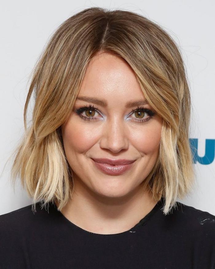 haarfarbe goldbraun mit blonden spitzen, blauer highlighter, kurze bob frisur