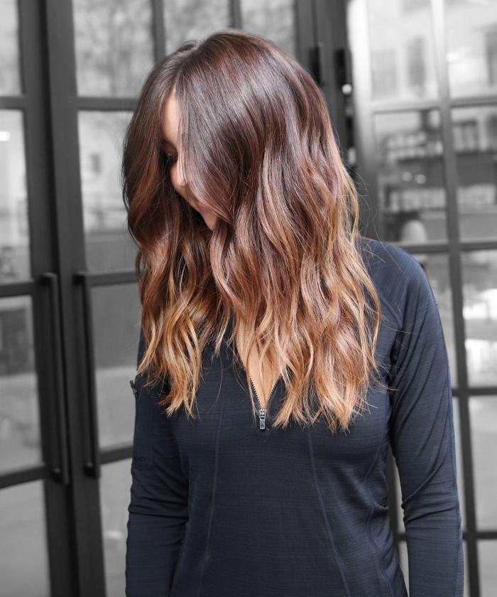haarfarben ausprobieren, frisur mit sanften wellen, balayage braun, blonde spitzen
