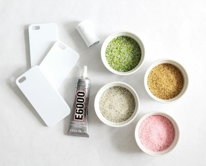 DIY Zubehör für Hülle selbst gestalten, Glasperlen in gold grün pink weiß, drei weiße Handyhüllen,