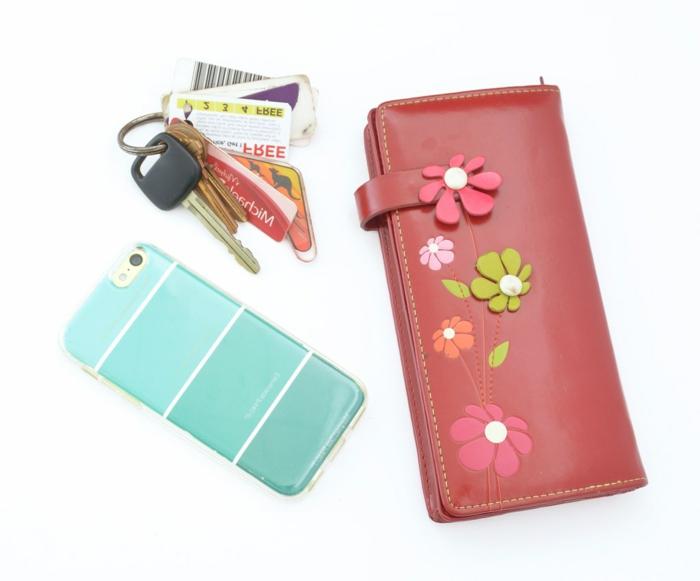 ein roter Brieftasche, blaue Handyhülle und Schlüsselband, Handyhülle selbst gestalten günstig