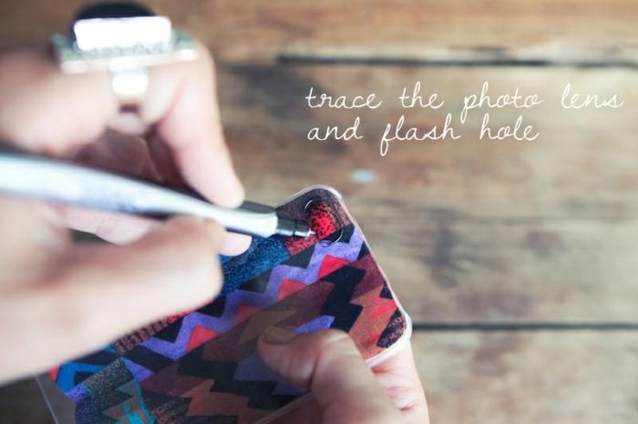 Handyhülle selber machen, ein Kunstobjekt aus Stoff, schneiden Sie ein Loch für die Linse der Kamera