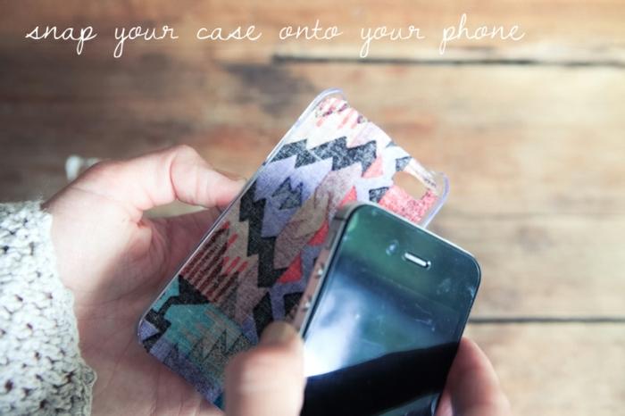 legen Sie die Handyhülle auf Ihrem Handy, Handyhülle designen und benutzen, der letzte Schritt