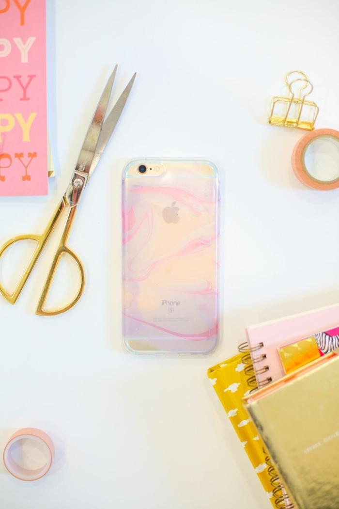 Handyhülle marmor effekt in pink, personalisierte Handyhülle, große Schere, aufgestapelte Hefte